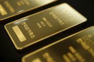 الذهب بعزز مكاسبه في ظل خسائر الأسهم والدولار