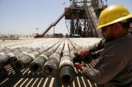 النفط يهبط بسبب تخمة المعروض رغم اتفاق أوبك