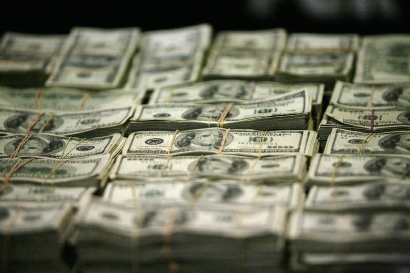 فوركس - الدولار يبقى متراجعاً أمام الخصوم لكنه يبقى قرب أعلى مستوياته في شهر