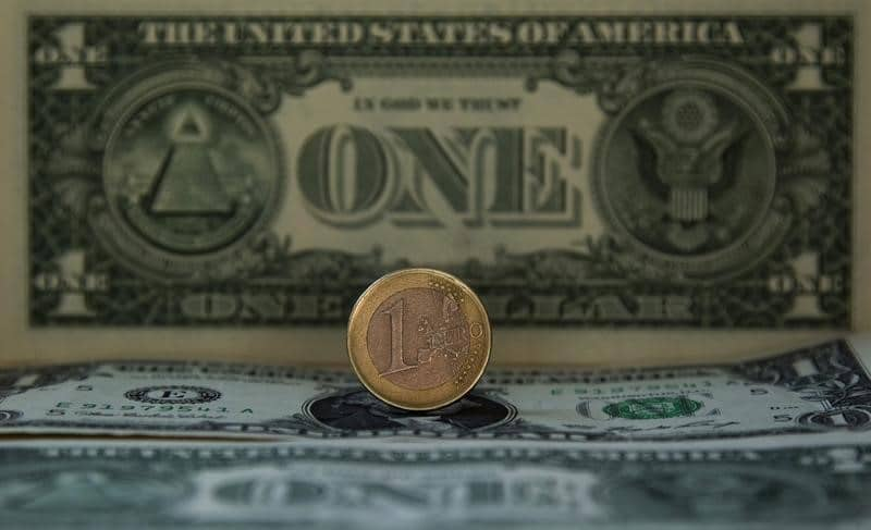 فوركس- الدولار يسجل اعلى مستوياته والاوضاع السياسية تضعط على اليورو