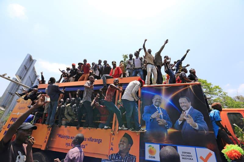 الشرطة الكينية تستخدم الغاز المسيل للدموع والهراوات لتفريق محتجين