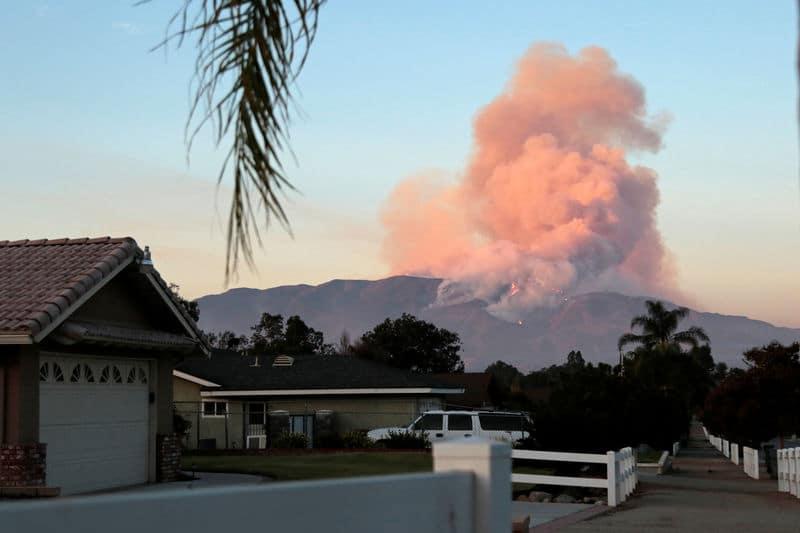 حريق غابات في جنوب كاليفورنيا يجبر 1500 شخص على الفرار من منازلهم