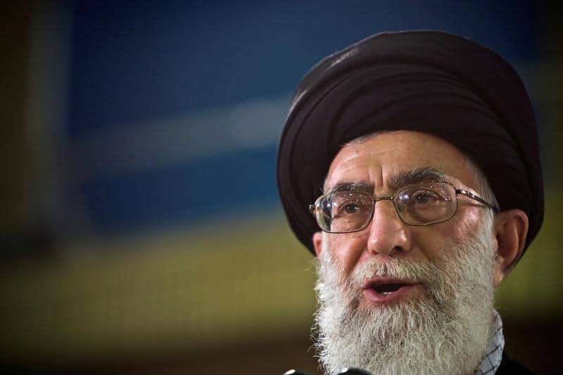 آلاف الإيرانيين يشيعون جثمان جندي قطعت رأسه في سوريا