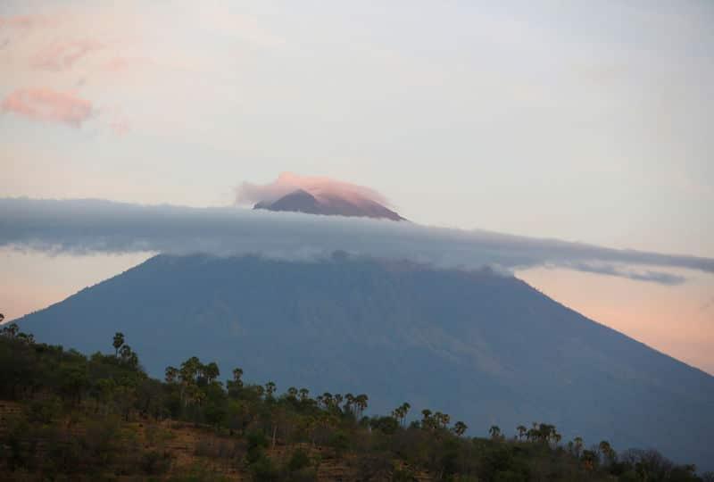 فرار 100 ألف إلى ملاجئ بإندونيسيا وسط تزايد المخاوف من ثوران بركان