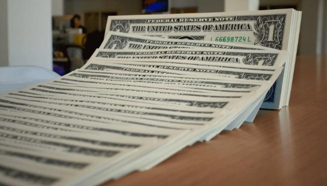 الدولار يرتفع مقابل العملات عالية المخاطر مع تلاشي آمال التحفيز الأمريكي