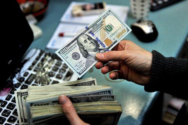 الدولار يتكبد خسائر بفعل قلق يتعلق بلقاح فيروس كورونا
