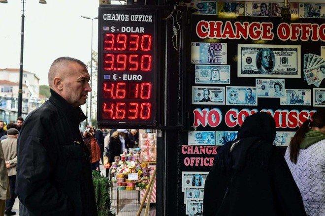 الليرة التركية تعاود الهبوط .. ضعف الثقة يدفع المستثمرين للاحتفاظ بالدولار