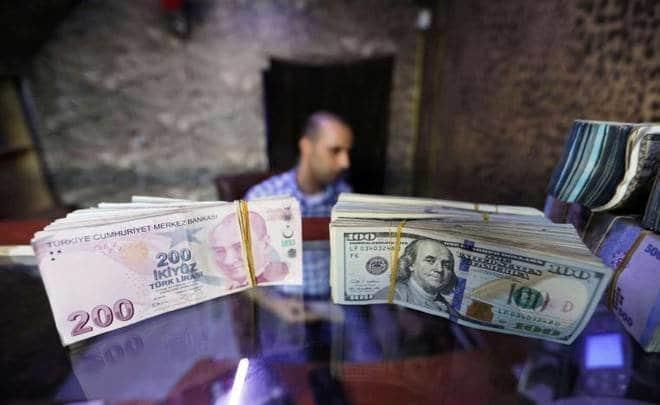 رهان ضد الليرة .. الأتراك يكنزون الذهب والدولار