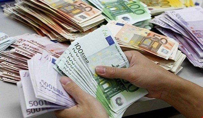 اليورو يحوم قرب أعلى مستوى في 30 شهرا .. والدولار يتأثر سلبا بتوقعات التحفيز