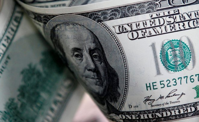 الدولار يهوي مع تقدم الديمقراطيين في انتخابات مجلس الشيوخ الأمريكي