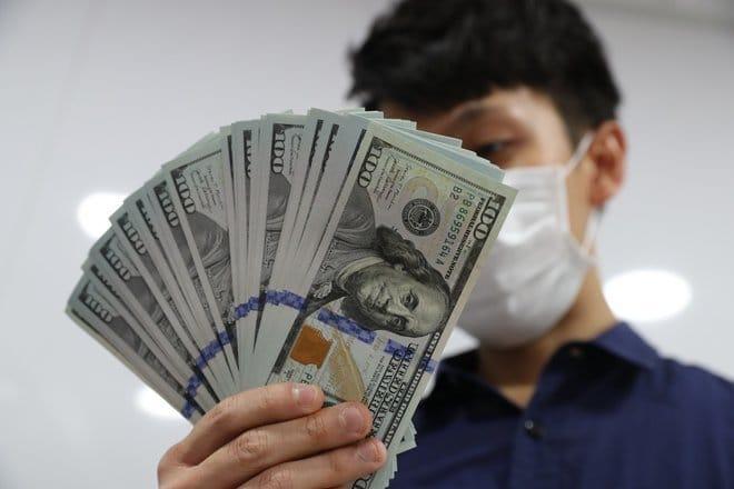 الدولار ينخفض لأدنى مستوى في أسبوعين