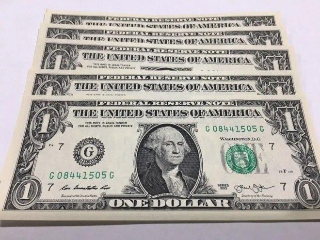 الدولار يهوي لأدنى مستوى في عدة سنوات ونظيره الأسترالي يرتفع