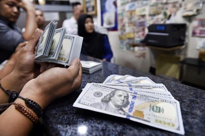 الدولار يستقر قرب أعلى مستوى في 5 أشهر