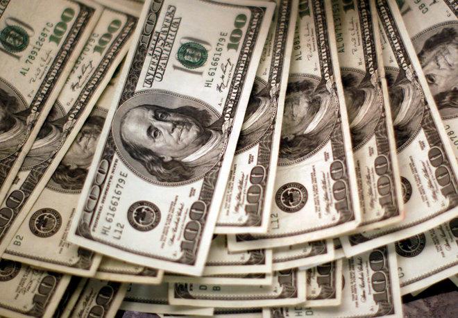 الدولار ينخفض إلى أدنى مستوى في 4 أسابيع مع تراجع عائدات الخزانة