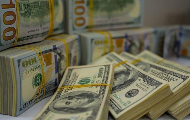 الدولار يتراجع لرابع خسارة أسبوعية على التوالي