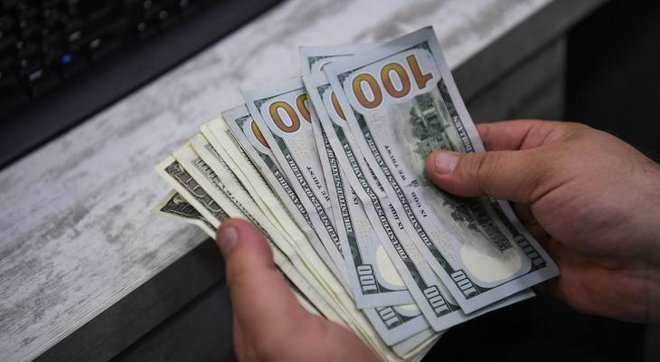 الدولار يتمسك بمكاسبه مع ترقب المستثمرين بيانات أمريكية أملا في مؤشرات بشأن السياسة